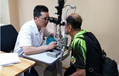 毛主任建议尽快做白内障手术,否则白内障进入过熟期,手术难度会加大很多,另外也会带来诸多并发症,如常见的青光眼,还有葡萄膜炎等,不仅会引起失明,甚至会引起眼内严重的炎症,致使眼球萎缩。林老和家人当即决定办理住院手术,他多希望尽早与模糊视界告别!2.jpg