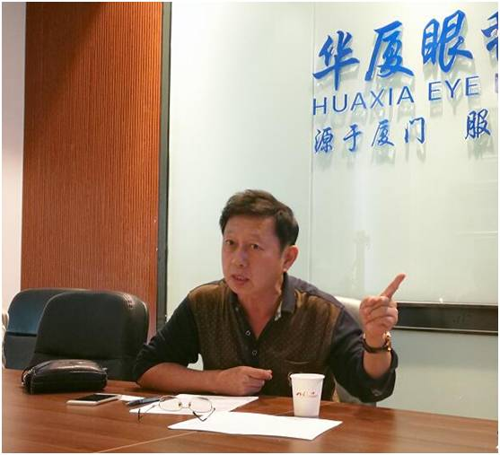 评审现场:厦门摄影家协会原副主席兼秘书长赵建 .jpg